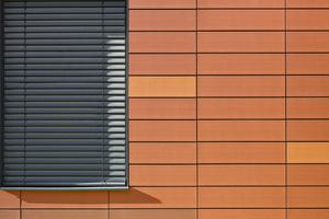 Das Licht-Schatten-Spiel der Fugen betont die Ästhetik der Fassadenlösung.