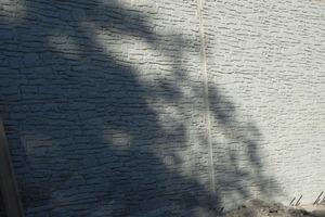 """Mit einer 10 cm breiten sowie glatten Blockfuge an den Taktgrenzen wurden Höhenversprünge der """"Steinreihen"""" ausgeglichen, um die Optik einer durchgehend gemauerten Wand zu erreichen"""