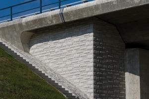 """Eck- bzw. Abschlussmatrizen ermöglichen bei dem Dessin """"Lausitzer Granit"""" eine Fortführung der Struktur """"um die Ecke"""". Das Dessin selbst ist so aufgebaut, dass es in Höhe wie Breite beliebig ergänzt werden kann. Diese Aufnahme entstand an einem Brückenbauwerk der B 178n bei Löbau"""