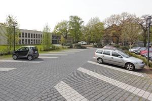 """Sicolith ist bestens für größere Parkplatzflächen geeignet: es zeichnet sich durch eine hohe Versickerungsleistung und hohe Verschiebesicherheit der einzelnen Steine aus<br /><span class=""""bildunterschrift_hervorgehoben"""">Foto: hansebeton-STEIN</span><br />"""