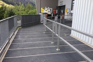 Dauerhaft dicht, rutschfest und optisch ansprechend gestaltet präsentiert sich die Zugangsrampe der Talstation.