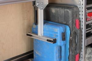 Mit dem Kofferspannsystem können unterschiedliche Koffer und Kisten flexibel aber sicher fixiert werden