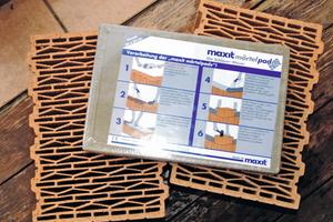 """Die """"maxit mörtelpads"""" werden zusammen mit den Unipor-Planziegeln in passender Größe palettenweise auf die Baustelle geliefert."""