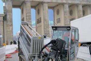 Der Grundodrill 15N während einer Verlegemaßnahme vor dem Brandenburger Tor