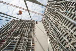 Hoch hinauf ging es mit Schalungstechnik beim Bau der Kletter- und Boulderhalle in München-Freimann.Schön sichtbar das durchgängige Schaltafel-Raster mit stehend und liegend eingesetzten Schaltafeln der Noe-top Wandschalung.