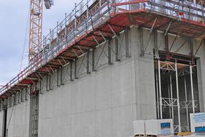 Priorität 1: Sicherheit. Lückenlose Absturzsicherung, sicherer Aufstieg über den Treppenturm und Stützenschalung mit integrierter Sicherheit gehören dazu.
