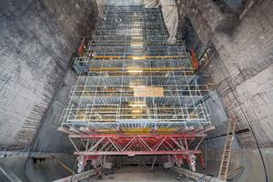 Der fahrbare, 34 m hohe Gerüstbock wurde in der ersten Phase als Plattform für die Strahlarbeiten verwendet, anschließend dient er als Schalungsgerüst.