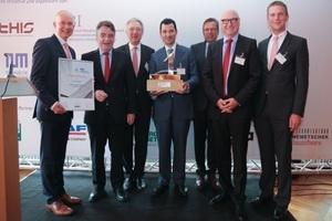 Wolff &amp; Müller aus Stuttgart ist Bauunternehmen des Jahres 2015. NRW-Bauminister Michael Groschek (2.v.l.) übergab Preis und Urkunde an die zu recht stolzen Gewinner Dr. Mathias Jacob (1.v.l.), Dr. Albert Dürr (4.v.l.), Udo Berner (6.v.l.) und Daniel Küppersbusch.<br />Zu den besonderen Stärken von Wolff &amp; Müller zählten die Bereiche Innovationen, Prozessorientierung, Unternehmensstrategie und  -steuerung so wie Wissensmanagement.<br />