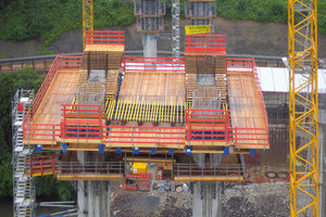 In 50 m Höhe besteht für die Hammerkopfschalung eine 340 m² große, geschlossene Arbeitsflächenebene. Die komplette Vormontage erfolgte durch die Doka-Schalungs-vormontage.