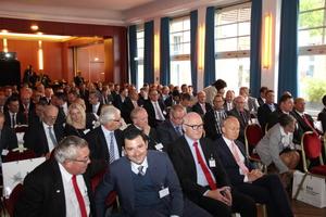 Knapp 130 Gäste drängten sich im stimmungsvollen Silbersaal der Düsseldorfer Rheinterrassen, um den Fachvorträgen der Keynote-Sprecher und der Gewinner-Unternehmen zu lauschen.