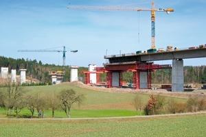 Die 614 m lange Talbrücke Weißenbrunn schiebt sich mit ihrem einzelligen Hohlkasten im Radius von 3.570 m östlich an der Gemeinde Untersiemau vorbei<br />
