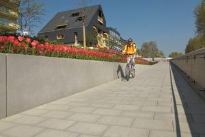 Über eine Rampe gelangen Radfahrer und Rollstuhlfahrer von der Rheinzollstraße zum unterhalb gelegenen Konrad-Adenauer-Ufer<br />