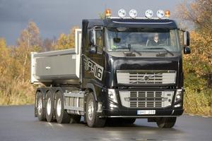 Das Volvo 8x4-Tridemfahrgestell eignet sich ideal für Bau-Lkw, hier ein FH16 mit Joab-Kipper<br />