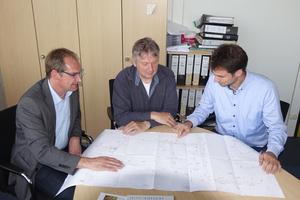 Funke-Fachberater Ralf Erpenbeck im Gespräch mit Bauleiter Dieter Sievers und Gruppenleiter Robert Reminghorst (v.l.).