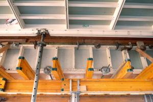 Vertikal oder horizontal? Beides möglich. Hier werden die AluStarWandelemente für einen Unterzug liegend eingesetzt. Die leichten Elemente aus Aluminium kommen wie die MevaDec ohne Kran aus.