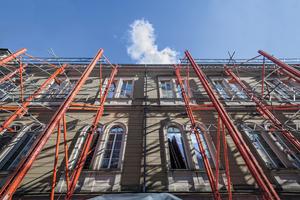 Mittels der Peri Variokit Fachwerkkonstruktion wurde die 12 m hohe, denkmalgeschützte Westfassade auf knapp 50 m Länge während der gesamten Baumaßnahme zuverlässig abgestützt.