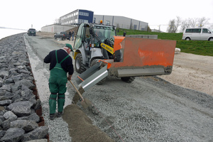 """Mit der Materialverteilschaufel """"Finliner"""" stellt Optimas eine im Straßenbau weltweit einmalige Innovation vor."""