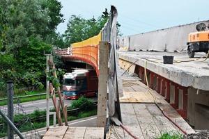 Das Schließen der Konsolkonstruktion erfolgt – je nach Anforderung– lediglich mit Geländer oder wie hier mit kompletter Einhausung. Diese bietet maximalen Schutz für den unten laufenden Verkehr; Brücke Rheintalautobahn bei Dornbirn