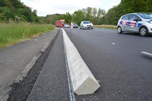 v.l.n.r.: Eine weiße Linie markiert den Verlauf der aufzuklebenden Flachbordsteine. Bevor die Bordsteine auf die Binderschicht geklebt werden, werden diese der Reihe nach ausgelegt.