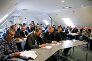 """Die 42 Teilnehmer aus 30 Unternehmen wurden im Schulungsraum im Werk 1 in Lennestadt-Saalhausen in Empfang genommen. Dort erhielten Sie zunächst einen Überblick über die Tracto-Technik. Anschließend wurden die """"Lieferanten des Jahres 2011"""" ausgezeichnet"""