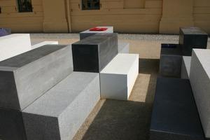 """von oben nach unten: Lädt zur inneren Einkehr ein: Die Kapelle auf dem Festungsplateau mit ihren individuellen Sitzblöcken aus Beton<br /><br />Die erste Open-Air-Küche, die es auf einer BUGA jemals gab, besteht aus witterungsbeständigen Betonsonderanfertigungen<br /><br /><div class=""""4.6 Bildunterschrift"""">Die lange Tafel vor dem Schloss lädt zum </div><div class=""""4.6 Bildunterschrift"""">Picknick ein <span class=""""bildunterschrift_hervorgehoben"""">Fotos: tis</span></div>"""