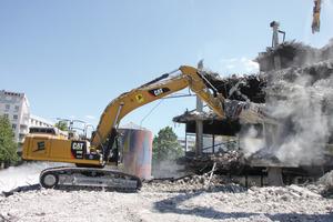 Angesichts der starken Eisenarmierung wird entsprechend viel von den Maschinen verlangt, insbesondere vom neuen Cat Bagger 349EL, der mit Schere und Meißel dem Beton und Stahl zu Leibe rückt