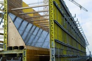 """Die maßgefertigte Sonderschallösung für den Bau der beiden Widerlager der neuen Rollbrücke am Flughafen Leipzig/Halle lieferte Hünnebeck einsatzfertig auf die Baustelle<span class=""""bildunterschrift_hervorgehoben"""">Fotos: Hünnebeck</span><br />"""