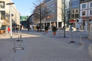 Passt sich gut in die Gesamtgestaltung ein: Der mit Big Stone befestigte Bereich wird durch Edelstahlpoller von der Fußgängerzone abgegrenzt<br />