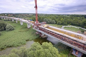 v.l.n.r.: Südlich von Halle entsteht im Zuge der Eisenbahn-Aus- und Neubaustrecke Nürnberg-Ebensfeld-Erfurt-Leipzig/Halle-Berlin die insgesamt 8,6 km lange Saale-Elster-Talbrücke<br /><br />Der Bau der Saale-Elster-Talbrücke verlangt einen absolut sorgsamen Umgang mit der Natur, denn sie überquert eine Wasserschutzzone und mehrere Natur- und Vogelschutzgebiete<br /><br />Die Doka-Kletterschalung MF 240 ist mit bauaufsichtlich zugelassenen Konen am Anfängerblock befestigt. Die darauf stehenden Top 50-Elemente lassen sich mühelos um bis zu 75 cm vom Beton zurückspindeln<br />