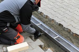 Mittels Schraubverbindung können die einzelnen Rinnensegmente sicher verbunden werden.