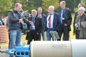 """Im Testgelände in Gleierbrück sowie im Vorführraum im Werk 2 konnten sich die Teilnehmer im """"Live-Betrieb"""" einen Überblick über die Produkte der Tracto-Technik verschaffen"""