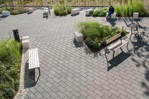 Rabatten, Baumreihen und Buchenheckenpflanzungen rahmen den Riders' Plaza ein und schaffen so eine private Atmosphäre, in der die Turnierteilnehmer Ruhe finden.