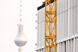 Mitten in Berlin, direkt am Wasser, unmittelbar neben dem Hauptbahnhof – zentraler könnte ein Gebäude in Deutschland kaum positioniert sein.