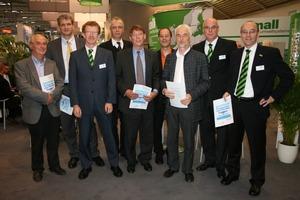 """Bei der Vorstellung des neuen Ratgebers auf der<br />IFAT Entsorga 2010 in München trafen sich, v.l.n.r.: Priv.-Doz. Dr. Reinhard Holländer, Dr. Heiko Sieker, Martin Lienhard, Dr. Harald Sommer, Prof. Dr. Hansjörg Brombach, Marco Schmidt, Klaus W. König, Markus Grimm und Markus Böll <span class=""""bildunterschrift_hervorgehoben"""">Fotos: Mall GmbH</span><br />"""