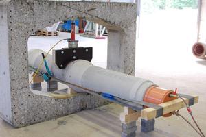 Versuchsaufbau in der IKT-Versuchshalle: Einleitung einer Scherlast mittels Hydraulikzylinder