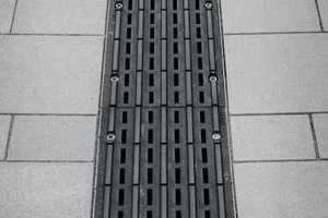 """In Bergisch Gladbachs Fußgängerzone zeigt sich der <span class=""""bildunterschrift_hervorgehoben"""">Helligkeitskontrast zwischen Rinnenabdeckung und Umgebungsfläche</span>. Die Blindenleitabdeckung eignet sich dadurch auch als Bodenindikator für Sehbehinderte mit Restsehvermögen<br />"""