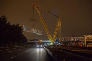 Für den Hub einer stählernen Fahrradbrücke über die A4 bei Schiltigheim im Elsass setzte der Krandienstleister Sarens den Terex Superlift 3800 Gittermast-Raupenkran ein. (Foto: Terex)<br />