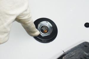 In dem vor dem linken Hinterrad liegenden Schauglas kann der Füllstand der Hydraulikflüssigkeit kontrolliert werden<br />