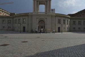 Bei dem durch Spenden wieder errichteten Fortunaportal kamen 150 einzeln angefertigte Platten aus Belgrano-Stein zum Einsatz. Hinter dem Durchgang öffnet sich der für alle zugängliche Innenhof des Parlamentsgebäudes.