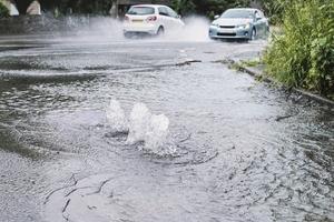 Konventionelle Bauweise einer Wasser undurchlässig ausgeführten Verkehrsfläche. Überflutung bei Starkregen durch Rückstau in der Kanalisation.