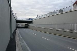 Teilbereich der Unterführung nach der Instandsetzung. Die Stützwände haben eine Länge von bis zu 395 m. Neben der rechten Stützwand verläuft die Rampe für den Fußgänger- und Radweg.
