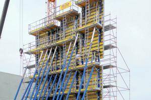 Montage einer großflächigen Umsetzeinheit für die bis zu 14,13 m hohe, querliegende Schottwand.