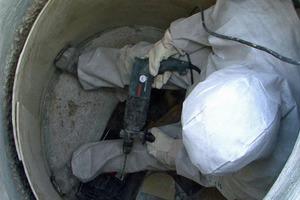 Foto 6: Befestigung des Rehabilitationsrohres im Schacht (Fotos 5 und 6 = Rehabilitation)