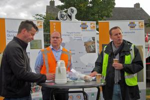 v.l.n.r.: Mit ihrem erfolgreich absolvierten Großprojekt in Oss haben sie gemeinsam eine neue Ära in der Kanalsanierung eingeläutet: Frank de Wildt (Mitte) Swietelsky-Faber-Niederlassungsleiter in Druten, und Ronnie Hurkens (rechts), Gemeinde Oss.