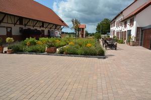 Dank der geeigneten Flächenbefestigung strahlt der Innenhof des 400 Jahre alten Kulturdenkmals Harmonie aus.