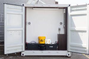Alle drei Fotos: Die Ausstattung mit stabilen Regalsystemen zur transport- und diebstahlsicheren Aufbewahrung sowie Werkzeugen, Maschinen und Modellen ist gleichermaßen praktisch wie praxisorientiert. (Fotos: Xella) <br />