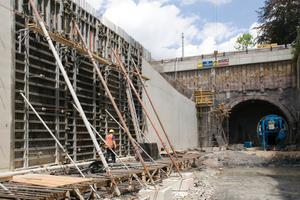 Für das Betonieren der Wände in den Trogbereichen und den Bereichen mit offener Bauweise wurden die Noetop Großflächen-Schaltafeln eingesetzt.