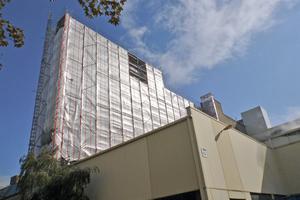 Die eingerüstete Fassade des Hochregallagers im Werk Grevenbroich der Hydro Aluminium. Das 33 m hohe Gerüst verfügt über insgesamt 11 Arbeitsebenen
