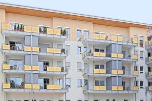 Bei vielen Fenstern ist der untere Querriegel fest verankert, der obere Teil lässt sich öffnen. So können Bewohner lüften ohne die Fensterbank zu beräumen