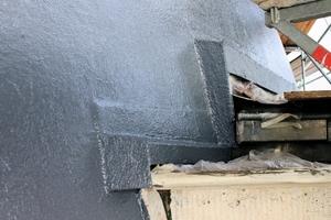 Details und Anschlüsse an die benachbarten Blechdächer und Gebäudeteile lassen sich funktionssicher und einfach mit dem Flüssigkunststoffsystem ausführen.